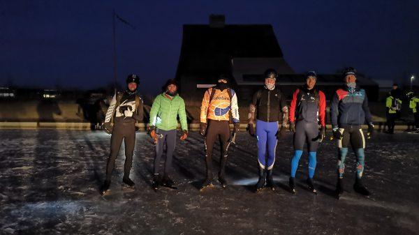 Ruben Marinus en zijn vrienden bij de start van hun Elfstedentocht